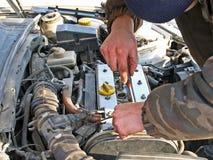 Het herstellen van de motor van een auto Stock Afbeeldingen