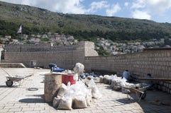 Het herstellen van de Ommuurde Stad van Dubrovnic in Kroatië Europa Dubrovnik wordt een bijnaam gegeven `-Parel van Adriatic Stock Fotografie