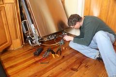 Het herstellen van een gebroken afwasmachinetoestel stock afbeelding
