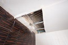 Het herstellen van een waterlek beschadigd plafond Royalty-vrije Stock Foto