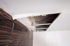 Het herstellen van een waterlek beschadigd plafond Stock Foto