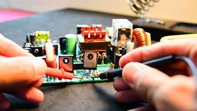 Het herstellen van elektronikaraad stock video
