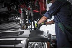 Het herstellen van Gebroken Semi Vrachtwagen royalty-vrije stock afbeeldingen