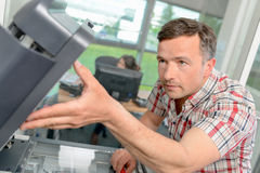 Het herstellen van printer op het werk stock foto's