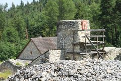Het herstellen van ruïnes van oud klooster in Slowaaks Paradijs stock fotografie