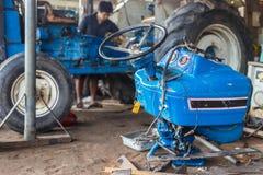 Het herstellen van tractoren Stock Foto's