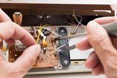 Het herstellen van wekkerradio Stock Afbeelding