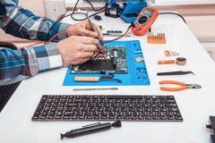 Het herstellerwerk in technische ondersteuning, is bezig geweest met de restauratie en het schoonmaken van laptop royalty-vrije stock afbeeldingen