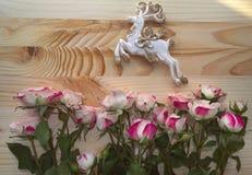 Het hertenbeeldje met gouden wordt verfraaid schittert met rozen die Royalty-vrije Stock Foto