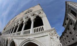 Het Hertogelijke Paleis van Venetië en de oude die gevangenissen met FI worden gefotografeerd royalty-vrije stock foto's