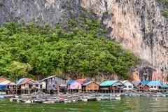Het het eilanddorp van Koh Panyee of Punyi-drijft Royalty-vrije Stock Foto