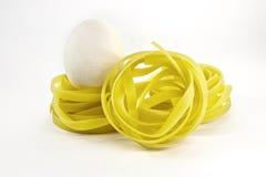 Het het Italiaanse nest en ei van deegwarentagliatelle Stock Foto's