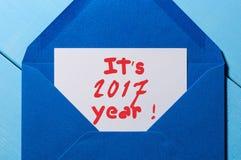 Het het jaar van ` s 2017 - inschrijving in blauwe postenvelop Gelukkig Nieuwjaren en Kerstmisconcept Royalty-vrije Stock Fotografie