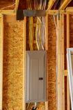 Het het kadergebouw of huis met fundamentele elektro bedrading stock afbeelding