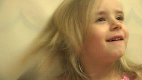 Het het Kindhaar van de meisjespeuter kleedt zich met een een Haarkam en Borstel 4K UltraHD, UHD stock footage