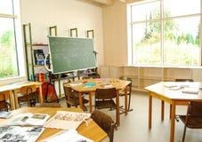 Het het onderwijsmateriaal ligt op bureaus in een klasse stock afbeeldingen