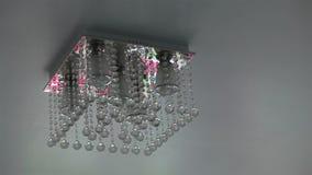 Het het plafondlicht van de kristalkroonluchter zet en weg aan stock footage