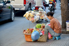 Het het Vietnamese fruit en voedsel van de mensenverkoop bij winkel op straat dichtbij Ben Stock Fotografie