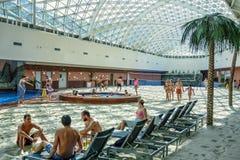 Het het Waterpark van het bergstrand staat mensen toe om een de winterreis in de hete zomer te maken Royalty-vrije Stock Foto's