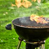 Het hete brand branden in een barbecue van de ketelgrill stock fotografie