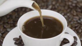 Het hete koffie gieten in een kop stock footage