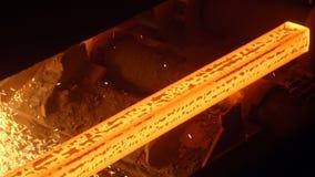 Het hete ononderbroken afgietsel van staalstaven bij een metallurgische installatie stock video