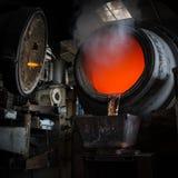 Het hete staal gieten in staalfabriek stock afbeelding