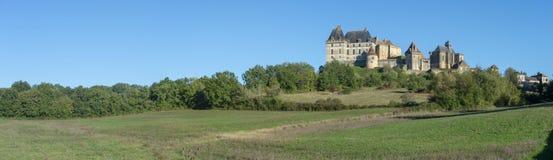 Het heuvel hoogste dorp en het kasteel van Biron in het Dordogne-gebied royalty-vrije stock afbeeldingen