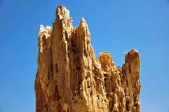 Het heuvel-vormige rotte hout isoleerde blauwe hemel royalty-vrije stock foto's