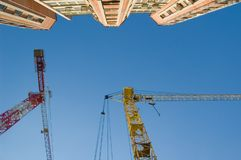 Het hijsen van kranen en de nieuwe bouw Stock Afbeeldingen