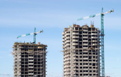 Het hijsen van torenkranen en bouwgebouwen Stock Afbeeldingen