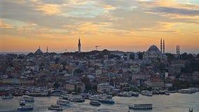 Het historische centrum van Istanboel bij zonsondergang Gouden Hoorn, Turkije stock videobeelden
