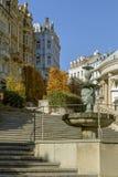 Het historische centrum van Karlovy varieert Kasteelcolonnade en fontein Tsjechische Republiek Stock Foto