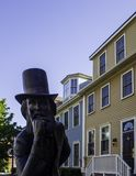Het Historische Hotel van Charlottetown en het bronsstandbeeld van Vader van Federatie in Prins Edward Island, Canada royalty-vrije stock afbeelding