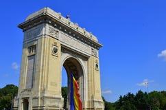 Het historische oriëntatiepunt van Boekarest - de Boog van de Triomf stock afbeeldingen