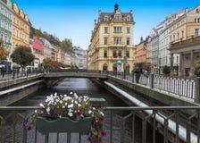 Het historische stadscentrum met rivier van de kuuroordstad Karlovy varieert (Carlsbad) Royalty-vrije Stock Fotografie