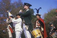 Het historische Weer invoeren, Nieuwe Windsor, NY, Amerikaanse Revolutionaire Oorlog, Fife en Slagwerkers in Dalingskamp Stock Foto