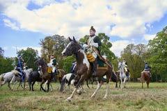 Het historische weer invoeren in Slavkov-u Brna Austerlitz De cavaleristen in historische eenvormig tonen de slag stock afbeelding