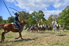 Het historische weer invoeren in Slavkov-u Brna Austerlitz De cavaleristen in historische eenvormig tonen de slag stock afbeeldingen