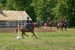 Het historische weer invoeren in Slavkov-u Brna Austerlitz De cavaleristen in historische eenvormig tonen de slag royalty-vrije stock afbeeldingen