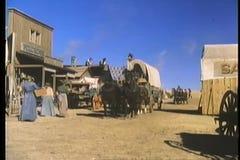 Het historische weer invoeren van de 19de eeuw westelijke stad stock footage
