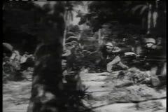 Het historische weer invoeren van militairen die vijandelijk hoofdkwartier op tropisch eiland aanvallen stock videobeelden