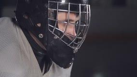 Het hockey van het close-upgezicht goalie De hockeykeeper is op de poort wachtend op de tegenstander stock videobeelden