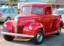 Het hoekige vooraanzicht van jaren '40 modelleert rood Ford 3100 oogstvrachtwagen Royalty-vrije Stock Foto's