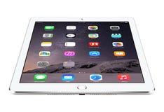 Het hoekige vooraanzicht van Zilveren iPadlucht 2 van Apple met iOS 8 ligt  Stock Fotografie