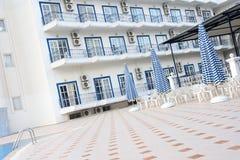 Het hof van Grieks hotel. Stock Foto's