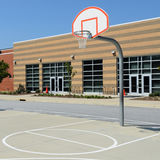Het hof van het de werfbasketbal van de school Stock Afbeeldingen