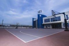 Het hof van het schoolbasketbal stock foto's