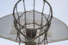 Het hof van het straatbasketbal dat van kettingen wordt gemaakt stock foto's