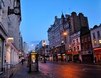 Het Hof van Tottenham Weg in Londen in de avond na regen Royalty-vrije Stock Fotografie